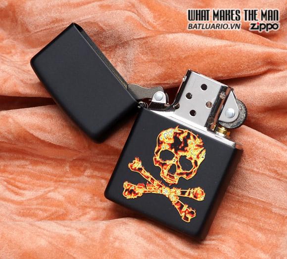 Zippo 28044 – Zippo Flaming Skull and Cross Bones Black Matte