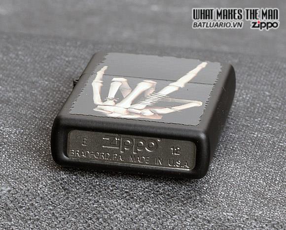 Zippo 28438 – Zippo Heavy Metal Salute Black Matte 2