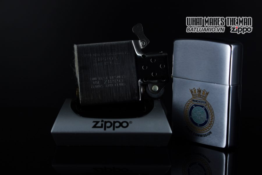 ZIPPO XƯA 1982 – MANCHESTER FIRST COMMISSION 2