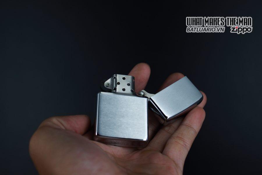 ZIPPO XƯA 1982 – MANCHESTER FIRST COMMISSION 3