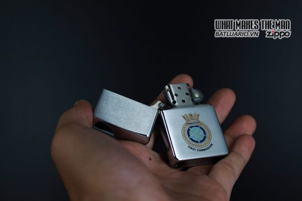 ZIPPO XƯA 1982 – MANCHESTER FIRST COMMISSION 4