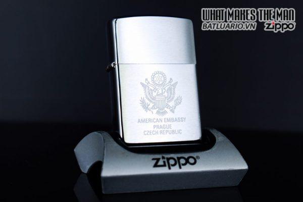 ZIPPO LA MÃ 1998 – AMERICAN EMBASSY PRAGUE CZECH REPUBLIC